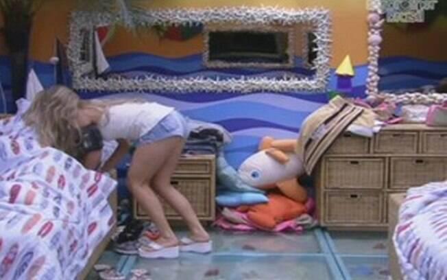 Renata dá selinho em Jonas e se despede