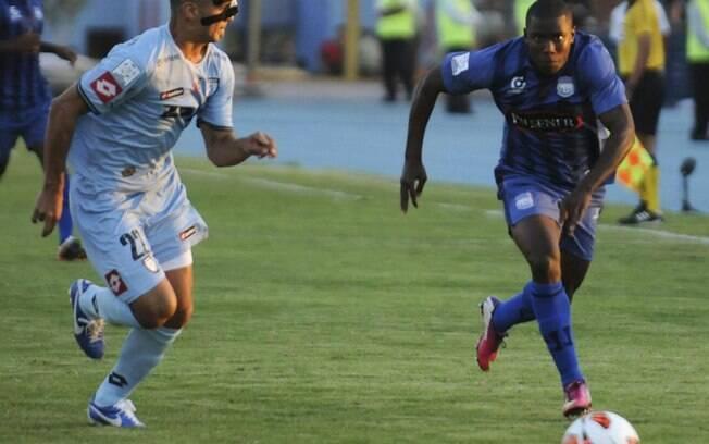 Rodrigo Brito (à esquerda), do Iquique, tenta  roubar a bola de Valencia, do Emelec