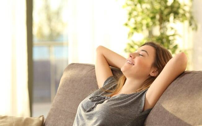 Você também pode ter um orgasmo cerebral sozinha, no sofá da sua casa, ao relaxar depois do trabalho