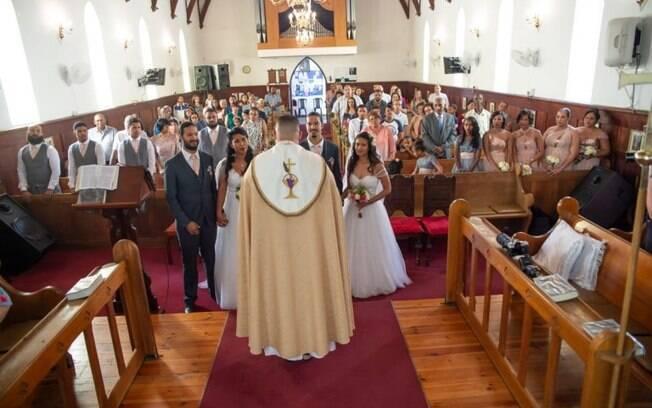 A cerimônia dos dois casais contou com cerca de 100 convidados