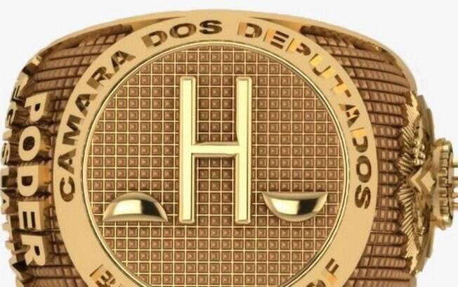 Modelo de anel banhado a ouro distribuído por Capitão Augusto