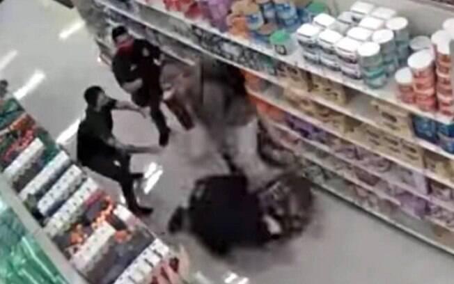 Cliente agride segurança que o escoltava para fora da loja, por não estar usando máscara