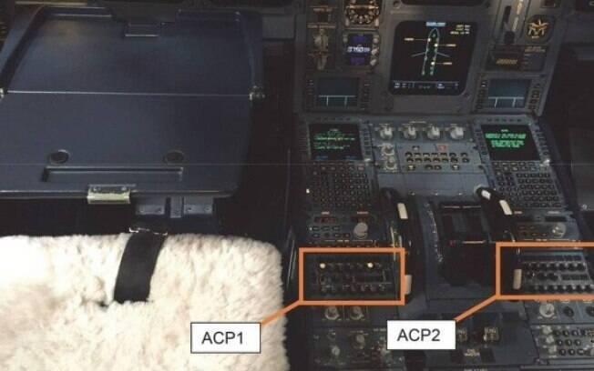 Piloto derruba café em painel de avião e desvia voo
