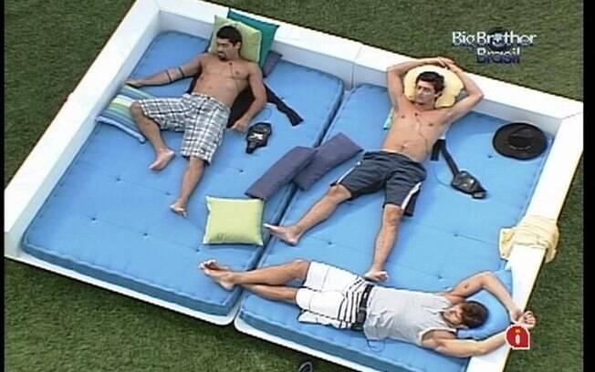 Yuri, Fael e Jonas dividem o mesmo futon