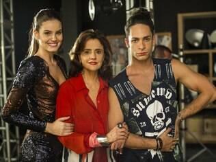 Rainer Cadete ao lado de Marieta Severo e Camila Queiroz nos bastidores de 'Verdades Secretas'