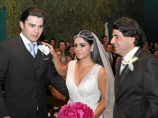 Felicidade. Os noivos Marcelo de Melo Rodrigues e Marcela, com o pai dela, Vinício Kalid, na Serraria Souza Pinto
