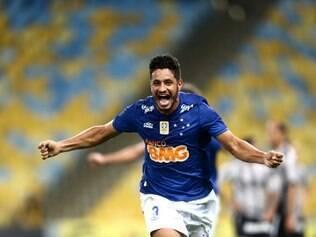 RJ - BRASILEIRÃO/AMÉRICA-RN X SANTA CRUZ - ESPORTES - Léo, do Cruzeiro, comemora após marcar gol na partida contra o Botafogo, válida pela 13ª rodada do Campeonato Brasileiro de 2014, no Estádio do Maracanã, na zona norte do Rio de Janeiro, neste sábado. 02/08/2014 - Foto: WILTON JUNIOR/ESTADÃO CONTEÚDO