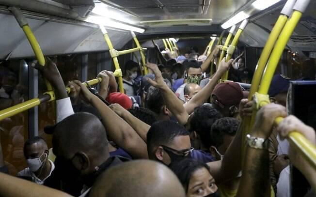Aglomeração em ônibus no Rio de Janeiro após flexibilização na cidade