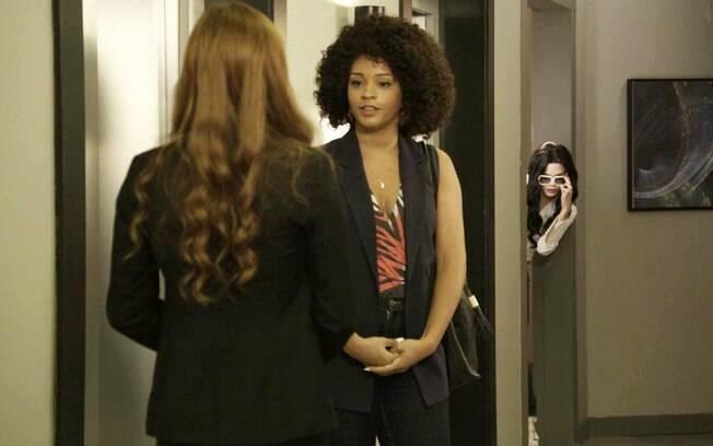Alexia fará uma nova sessão espírita com Kyra, mas Renatinha flagrará as duas moças andando juntas na rua