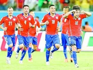 Valdivia (dir.) marcou o segundo gol do Chile, que tem muitas chances de cruzar com o Brasil nas oitavas de final
