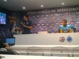 Zagueiro Dedé fixou o olhar na TV que fica na sala de imprensa da Toca II. Na tela o jogo Atlético e Zamora pela Copa Libertadores