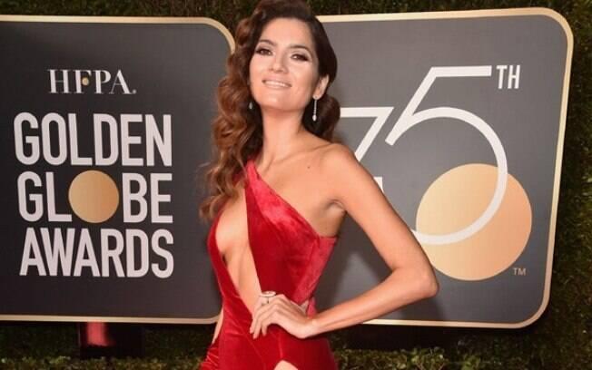 Blanca Blanco e seu vermelho extremamente sensual destoaram no tapete vermelho do Globo de Ouro