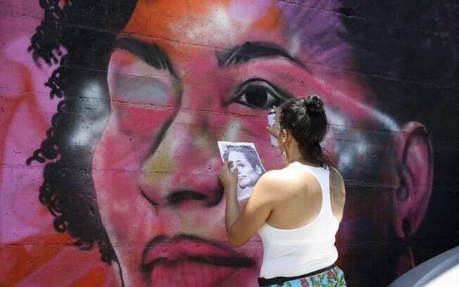 Grafite de Marielle Franco é vandalizado na madrugada desta quarta (19); grafiteira Panmela Castro já recuperou a pintura