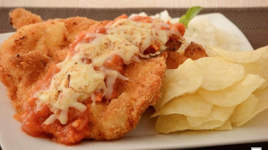 Parmegiana de frango especial para garantir um almoço delicioso