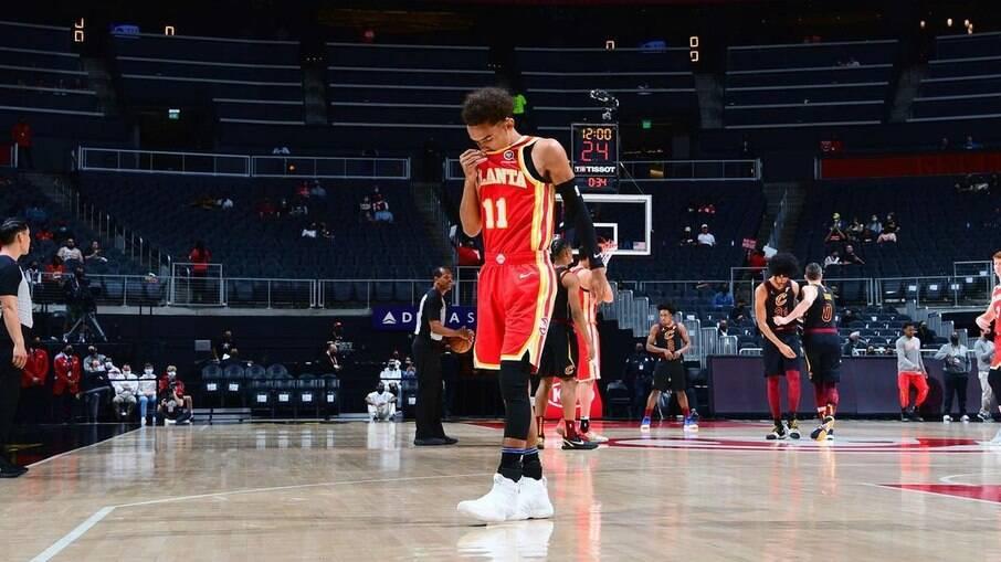 Torcedor é banido na NBA após cuspir em Trae Young