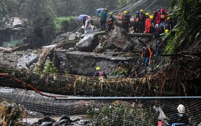 Membros da Cruz Vermelha tentam evacuar moradores de área atingida pelo ciclone Eta