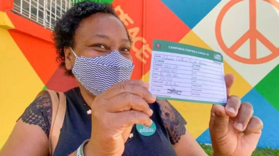Silmara Cristina Andrade, merendeira do massacre de Suzano, foi a primeira profissional de educação a ser vacinada contra a Covid-19 no Brasil