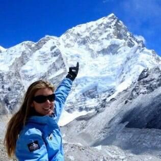 Karina Oliani apontando para o topo do Everest