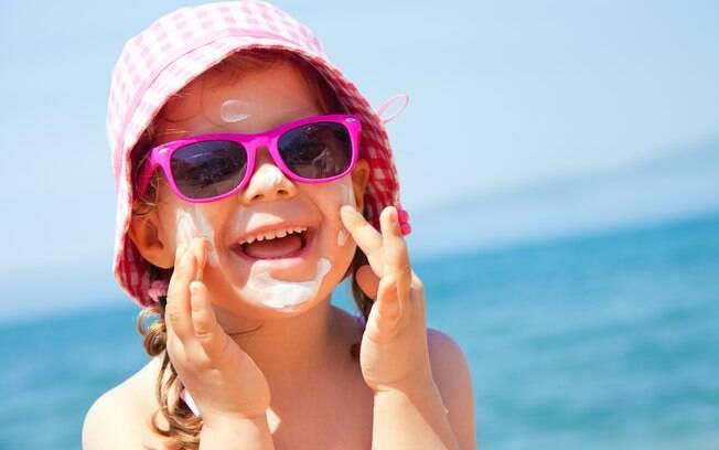 Dias de brincadeira na praia ou na piscina podem resultar em insolação se a pele da criança não for bem protegida