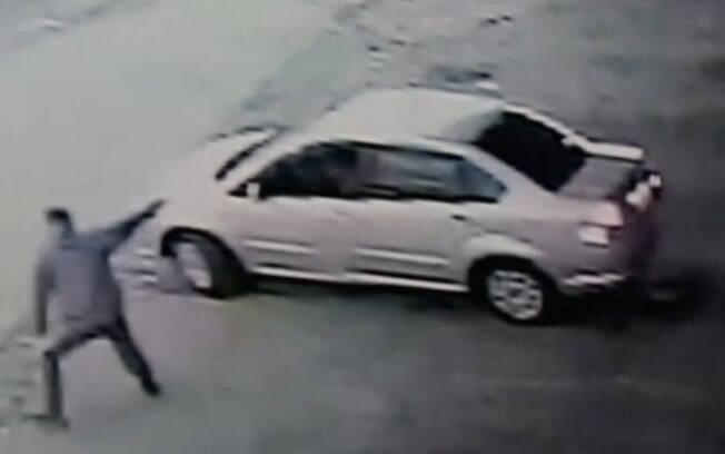 Imagem de câmera de segurança mostra momento em que adolescente mata guarda, na quarta