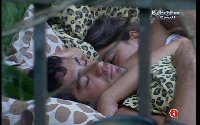 Yuri e Laisa ficam mais tempo na cama após o toque de despertar
