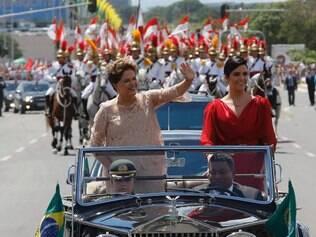DF - PREPARATIVOS/POSSE - POLÍTICA - A presidente Dilma Rousseff (e), acompanhada de sua filha, Paula, durante desfile em   carro aberto em direção ao Congresso Nacional, em Brasília, para cerimônia de compromisso   constitucional, nesta quinta-feira.   01/01/2015 - Foto: DIDA SAMPAIO/ESTADÃO CONTEÚDO