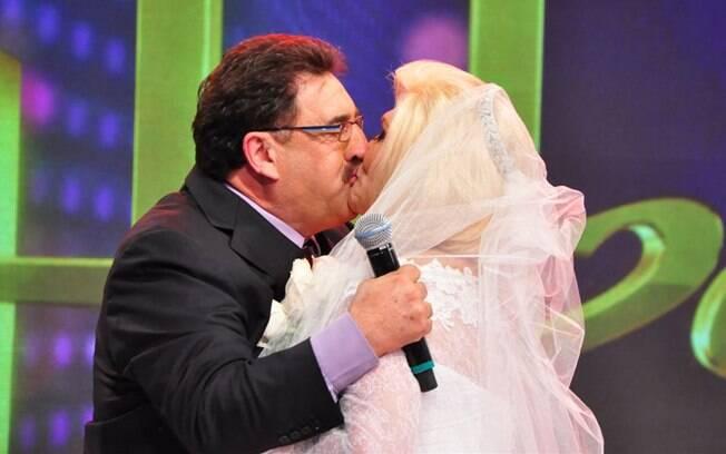Hebe, vestida de noiva, dá selinho em Ratinho