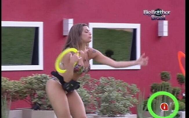 Monique treina na área externa da casa do BBB12