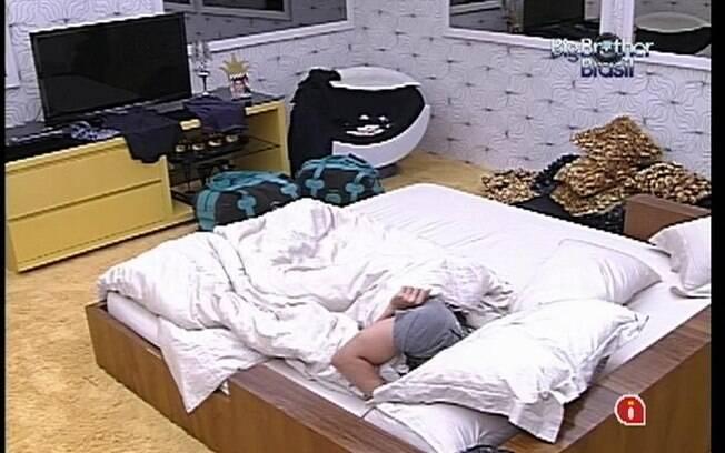 João Maurício dorme sozinho no Quarto do Líder