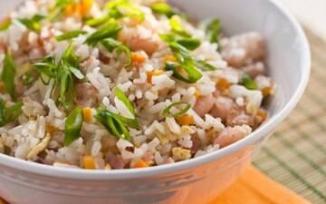 Arroz à grega, de forno, vários tipos de risotos, saladas com arroz, bolinhos e até arroz doce