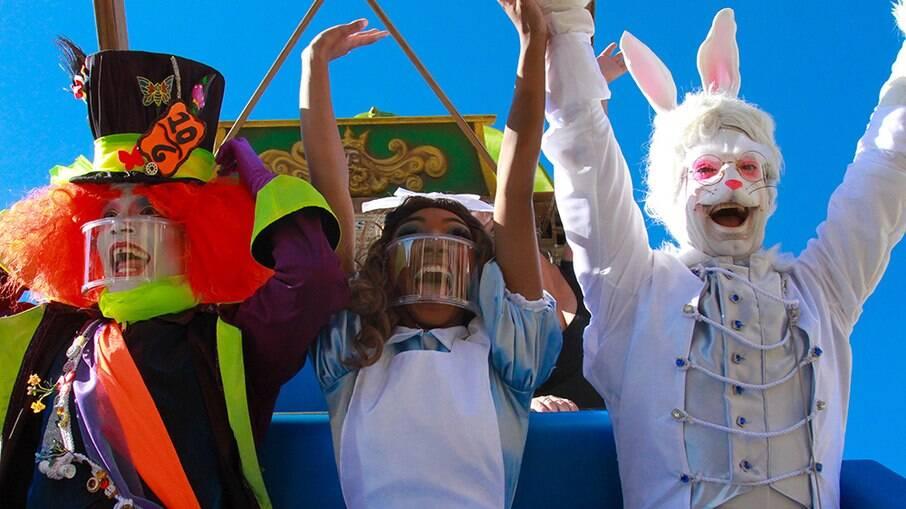 Chapeleiro Maluco, Alice e o Coelho se divertem na montanha-russa