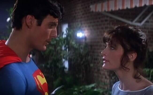 Os atores Christopher Reeve e Margot Kidder em clima de romance durante as filmagens do longa-metragem