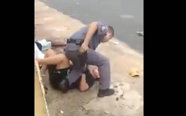 Pessoas filmaram o momento em que o policial militar agrediu a gestante no interior de São Paulo