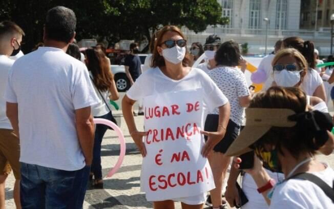 Manifestação em Copacabana pediu volta às aulas