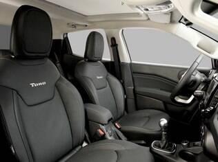 Interior da Fiat Toro é espaçoso e com vários porta-objetos