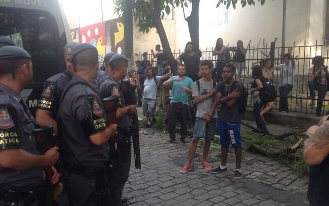 Policiais observam estudantes em manifestação em frente à Escola Estadual Fernão Dias Paes