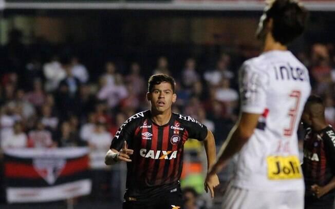 Matheus Rosseto comemora gol que classificou o Atlético-PR