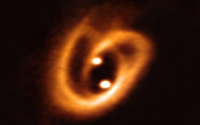 Imagem registrada por astrônomo brasileiro mostra nascimento de estrelas binárias em disco de poeira