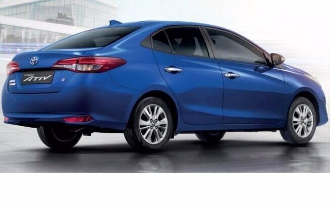 Visto de traseira o sedã tem linhas arrojadas e que seguem o estilo adotado por outros modelos da Toyota