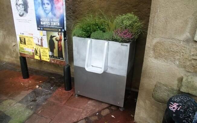 Muitas ruas de Paris fedem a urina, sobretudo no verão. Por isso, a cidade recebe mictórios em diversas ruas