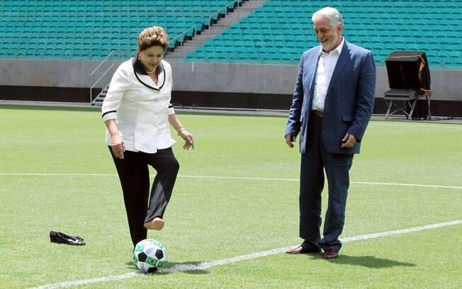 Dilma com Jaques Wagner jogando futebol