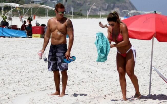 Jaque Khury com o namorado na praia