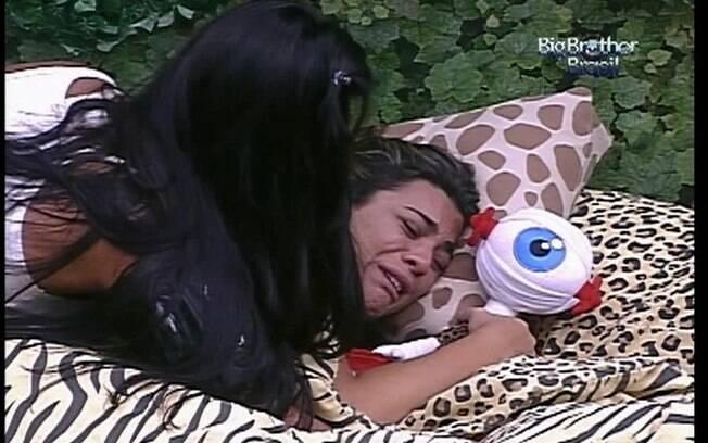 Fiona é consolada por Kelly durante crise de choro