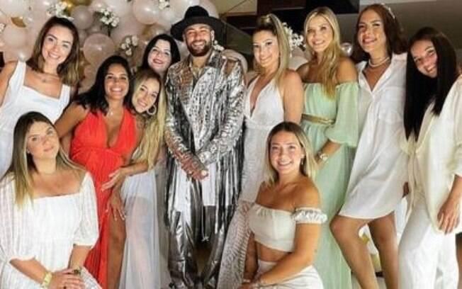 Neymar ao lado de suas convidadas no Réveillon
