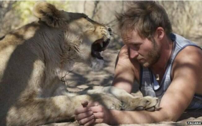 Valentin Gruener resgatou uma leoa filhote e passou a criá-la sozinho