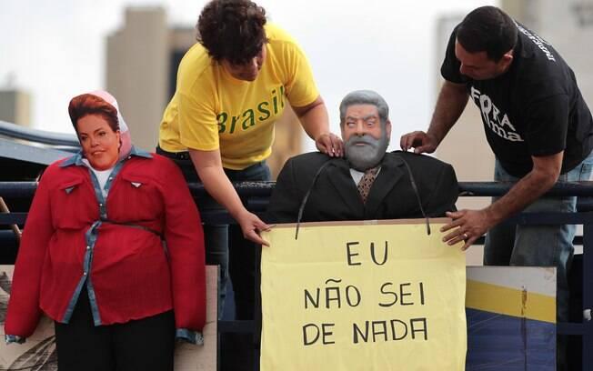 Em Brasília, manifestantes penduram bonecos representando a presidente Dilma e o ex-presidente Lula. Na placa no pescoço de um dos bonecos lê-se
