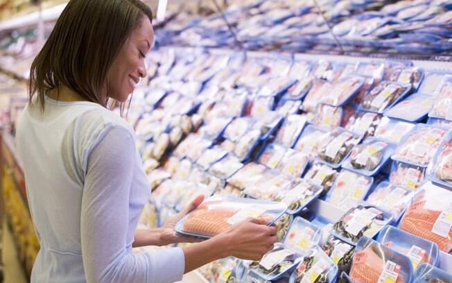 Para comprar peixe congelado ou já embalado, preste atenção ao rótulo e à temperatura do local onde ele está armazenado