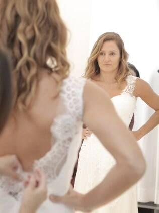 Fernanda em sua primeira prova, no ateliê Solaine Piccoli: do croqui à igreja, criação de um vestido de noiva passa por várias etapas