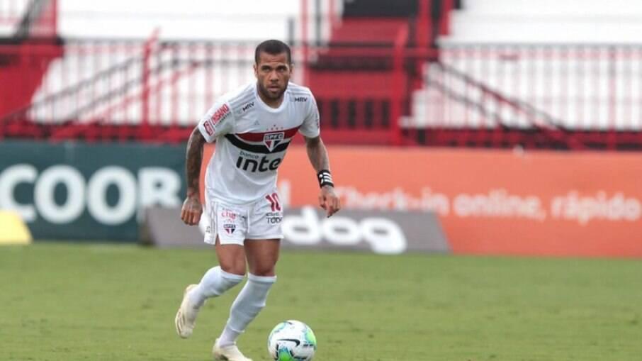 Daniel Alves deve vestir a camisa do Fluminense