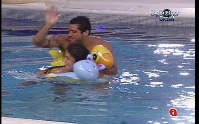 Yuri e Laisa brincam na piscina
